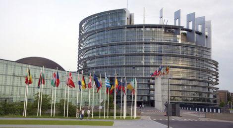 Juncker censure vote will fail since it would weaken Europe